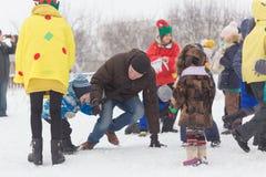 戈梅利,白俄罗斯- 2016年12月25日:新年儿童在圣诞老人住所的` s党  使用在冬天的孩子户外 库存图片