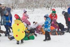 戈梅利,白俄罗斯- 2016年12月25日:新年儿童在圣诞老人住所的` s党  使用在冬天的孩子户外 图库摄影