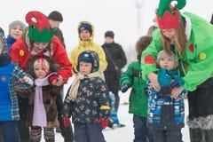 戈梅利,白俄罗斯- 2016年12月25日:新年儿童在圣诞老人住所的` s党  使用在冬天的孩子户外 免版税库存图片