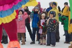 戈梅利,白俄罗斯- 2016年12月25日:新年儿童在圣诞老人住所的` s党  使用在冬天的孩子户外 免版税库存照片