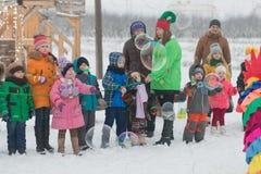 戈梅利,白俄罗斯- 2016年12月25日:新年儿童在圣诞老人住所的` s党  使用在冬天的孩子户外 库存照片