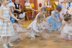 戈梅利,白俄罗斯- 2016年12月22日:新年孩子的` s假日在幼儿园 孩子3 - 4年 免版税库存照片