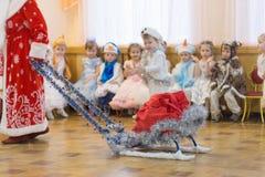 戈梅利,白俄罗斯- 2016年12月22日:新年孩子的` s假日在幼儿园 孩子3 - 4年 免版税库存图片