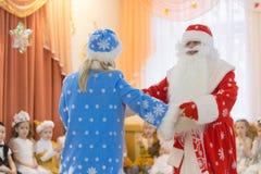 戈梅利,白俄罗斯- 2016年12月22日:新年孩子的` s假日在幼儿园 孩子3 - 4年 图库摄影
