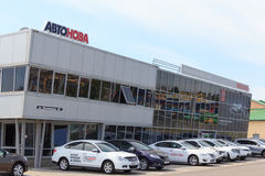 戈梅利,白俄罗斯- 2015年6月3日:日产汽车Autoworld,街道Khatayevich 32的正式经销商, 免版税库存照片
