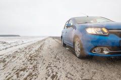 戈梅利,白俄罗斯- 2017年2月21日:汽车雷诺-摇石在有车灯的冬天森林里 免版税库存图片