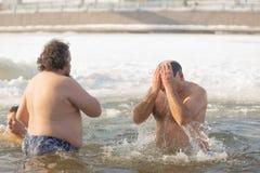 戈梅利,白俄罗斯- 2017年1月19日:沐浴在基督假日洗礼的孔正统人民  免版税库存照片