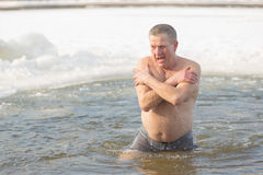 戈梅利,白俄罗斯- 2017年1月19日:沐浴在基督假日洗礼的孔正统人民  库存图片