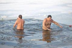 戈梅利,白俄罗斯- 2017年1月19日:沐浴在基督假日洗礼的孔正统人民  库存照片
