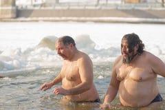 戈梅利,白俄罗斯- 2017年1月19日:沐浴在基督假日洗礼的孔正统人民  图库摄影