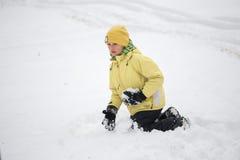 戈梅利,白俄罗斯- 2017年1月15日:演奏在雪的孩子雪球在冬天 免版税库存图片