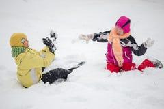 戈梅利,白俄罗斯- 2017年1月15日:演奏在雪的孩子雪球在冬天 库存照片