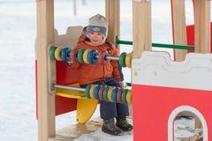 戈梅利,白俄罗斯- 2017年1月31日:男孩在冬时的操场使用 库存照片