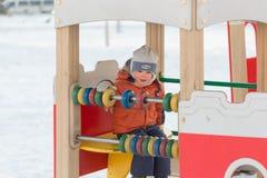 戈梅利,白俄罗斯- 2017年1月31日:男孩在冬时的操场使用 免版税库存照片