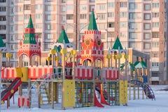 戈梅利,白俄罗斯- 2017年1月31日:男孩在冬时的操场使用 免版税库存图片