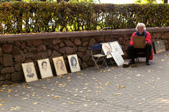 戈梅利,白俄罗斯- 2016年10月3日:街道艺术家在城市公园绘一张画象 库存图片