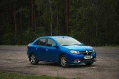 戈梅利,白俄罗斯- 2017年7月15日:里诺摇石蓝色汽车在一个黑暗的杉木森林里停放了 图库摄影