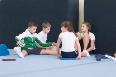 戈梅利,白俄罗斯- 2016年11月19日:2005-2006在杂技的体育竞赛在男孩和女孩中出生 免版税库存照片