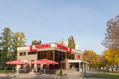 戈梅利,白俄罗斯- 10月03 2016年:Pitsburg快餐咖啡馆 新的大厦naallee建造者 免版税库存照片