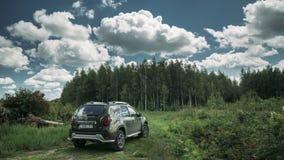 戈梅利,白俄罗斯- Junly 5日2018年:在夏天森林风景的雷诺喷粉器SUV 法语共同地生产的喷粉器 股票录像
