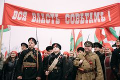 戈梅利,白俄罗斯 Reenactors以战士和水手立场的形式 库存照片