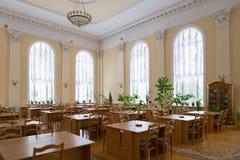 戈梅利,白俄罗斯- YANUARY 10日2017年 以列宁命名的市立图书馆,没有访客的阅览室 库存图片