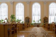 戈梅利,白俄罗斯- YANUARY 10日2017年 以列宁命名的市立图书馆,没有访客的阅览室 免版税库存图片
