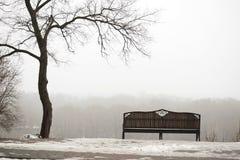 戈梅利 迟来的 一条偏僻的长凳在一个有雾的公园 库存照片