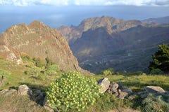 戈梅拉岛,西班牙:与大西洋的多山风景在背景中 在Arure村庄附近拍的照片 库存照片