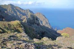 戈梅拉岛,西班牙:与大西洋的多山风景在背景中 在Arure村庄附近拍的照片 免版税库存图片