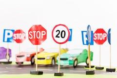 戏剧套玩具速度限制和中止路标 免版税库存照片