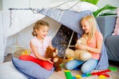 戏剧帐篷的两个姐妹 免版税库存图片