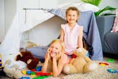 戏剧帐篷的两个姐妹 库存图片