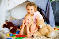 戏剧帐篷的两个姐妹 库存照片