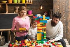 戏剧概念 通过戏剧学会 有母亲的小儿子和父亲使用与玩具砖 创造性的家庭戏剧 免版税库存图片