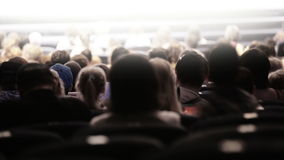 戏剧演出的观众。时间间隔。 股票视频