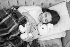 戏剧软的玩具前面去睡眠 与玩具的睡眠 女孩喜欢平衡与喜爱的玩具的时间 孩子位置床和拥抱兔宝宝玩具 免版税库存图片
