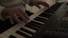 戏剧钢琴 关闭弹钢琴的女性手 在钢琴的手指,葡萄酒颜色 弹钢琴的妇女 影视素材
