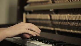 戏剧钢琴 关闭弹钢琴的女性手 在钢琴的手指 股票录像