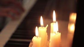 戏剧钢琴 弹蜡烛光的钢琴女性手 在钢琴的手指 股票视频