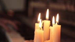戏剧钢琴 弹蜡烛光的钢琴女性手 在钢琴的手指 股票录像