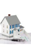 戏弄在一个底层计划的房子设计和轮尺 免版税库存图片