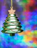 戏弄在五颜六色的bokeh背景的圣诞树  库存照片