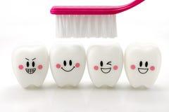 戏弄在白色背景在一种微笑的心情的牙隔绝的 免版税图库摄影