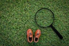戏弄在草地纹理背景的皮鞋与拷贝温泉 免版税库存图片