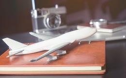 戏弄在营业所书桌上的飞机商务旅游的 免版税库存图片