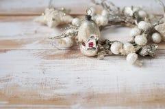 戏弄房子为装饰与花圈的一棵圣诞树 免版税库存图片