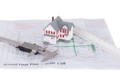 戏弄房子设计和统治者和在计划 免版税库存图片