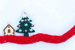 戏弄有一棵圣诞树的房子在雪  t的鹿空间 库存图片