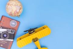 戏弄有旅行对象的黄色飞机蓝色拷贝太空旅行概念的 库存图片